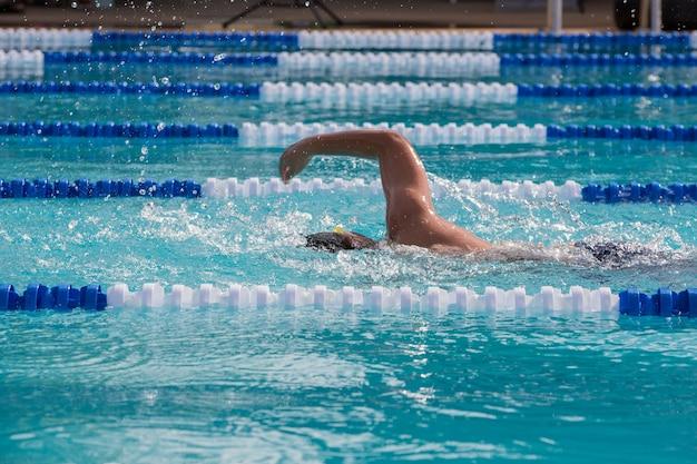 Atleta nadador nadando na competição de corrida Foto Premium