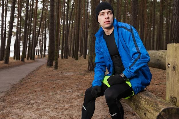 Atleta, sentando, logo, caminho Foto gratuita