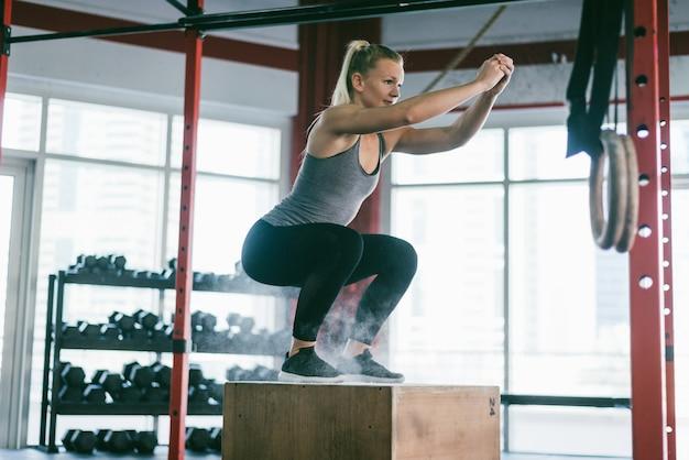 Atletas treinando em uma academia cross-fit Foto Premium