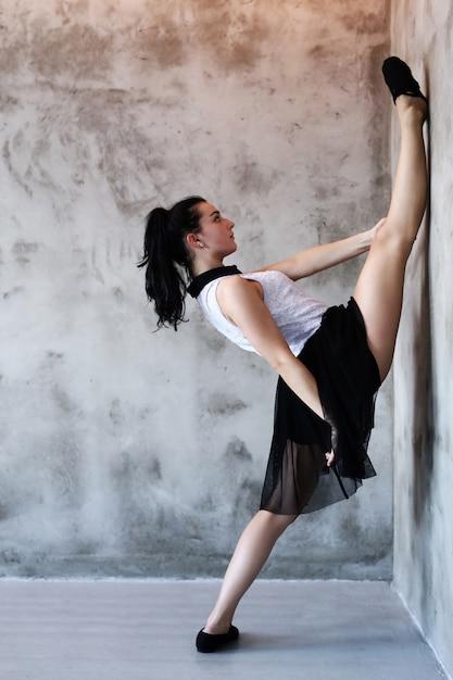 Atlética mulher fazendo alongamento ginástico Foto gratuita