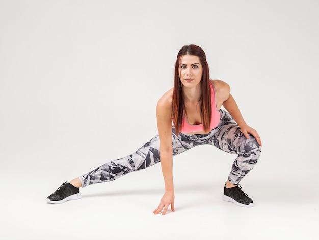 Atlética mulher posando com espaço de cópia Foto gratuita