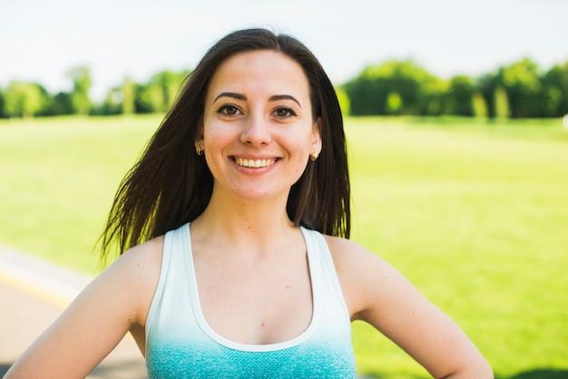 Atlética mulher praticando esporte ao ar livre Foto gratuita