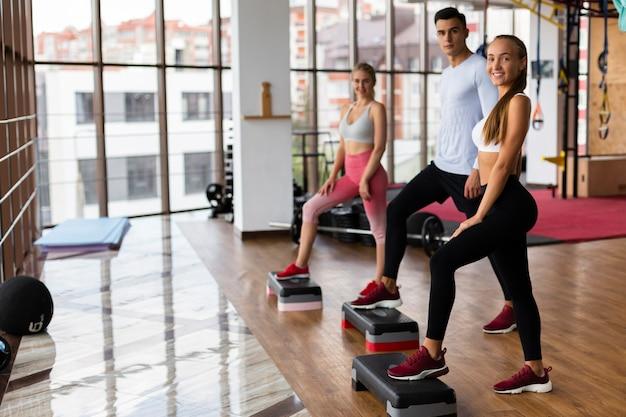 Atletismo jovem na aula de fitness Foto gratuita
