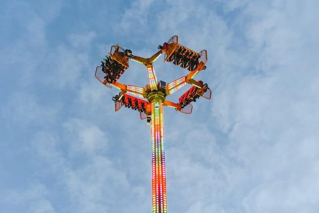 Atração do parque de diversões, conceito da velocidade e vertigem. Foto Premium