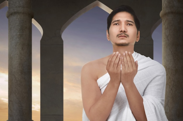 Atraente asiático muçulmano rezando a deus Foto Premium
