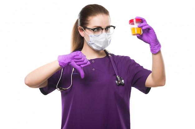 Atraente, caucasiano, médico feminino, segurando, amostra urina, em, dela, mãos, em, máscara médica, e, estéril, luvas, com, polegar baixo, branco Foto Premium