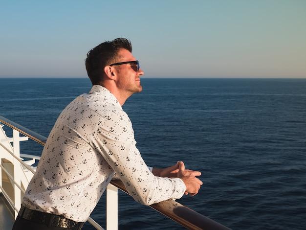Atraente, homem, em, um, camisa branca Foto Premium