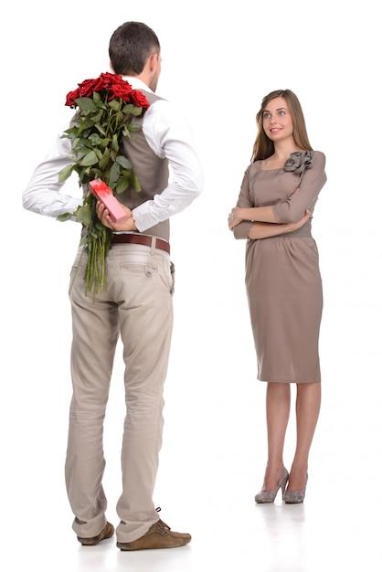 Atraente jovem casal apaixonado olhando uns aos outros. Foto Premium