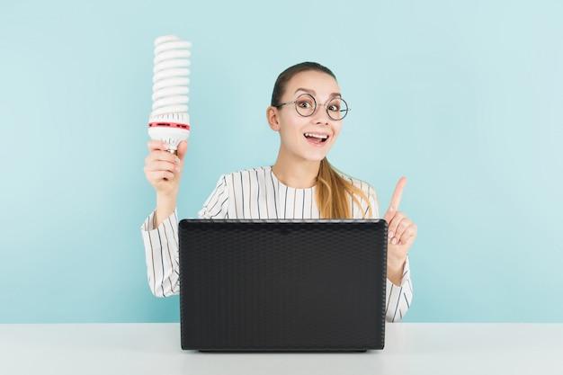 Atraente, mulher, com, computador, e, bulbo Foto Premium