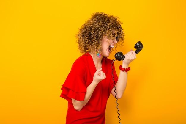 Atraente, mulher, com, shortinho, cabelo ondulado, com, telefone Foto Premium