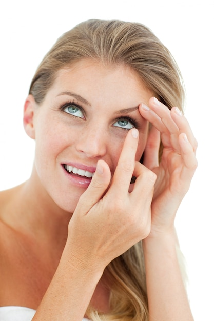 Atraente mulher loira colocando uma lente de contato   Baixar fotos ... c4de882102