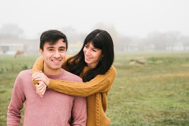 Atraente, par jovem, ficar, em, abraço Foto gratuita