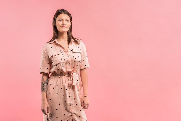 Atraente, positivo, mulher, em, vestido Foto gratuita