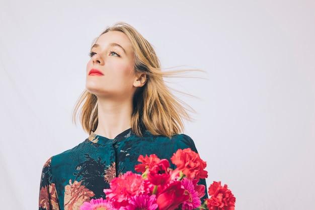 Atraente, sonhador, mulher, com, buquê flores Foto gratuita