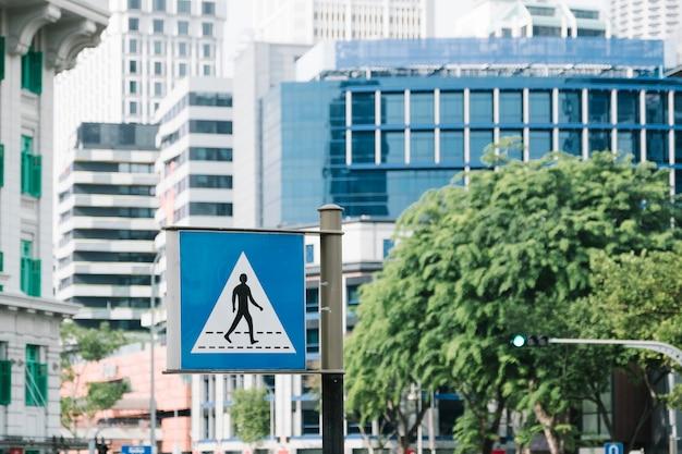 Atravessar o símbolo do sinal de estrada Foto gratuita
