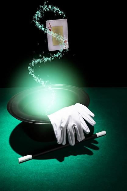 Atributos de desempenho mágico no fundo verde brilhante Foto gratuita