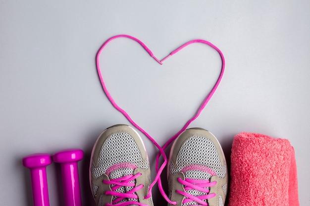 Atributos de esportes plana leigos com laços em forma de coração Foto gratuita
