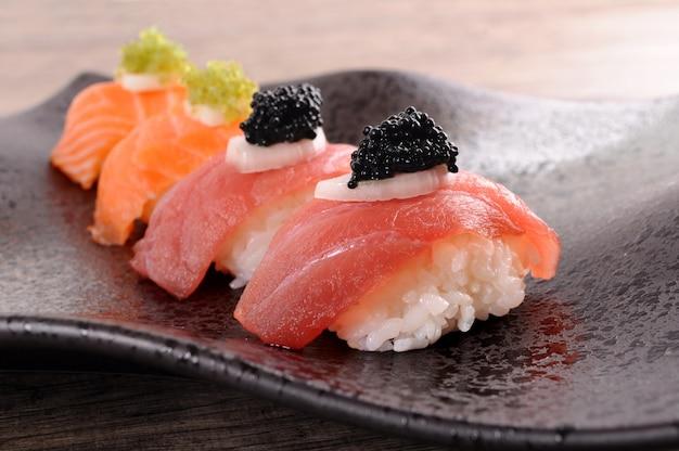 Atum e salmão sushi ajustado com caviar Foto gratuita