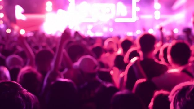 Audiência colorida abstrata do fundo no concerto público. Foto Premium