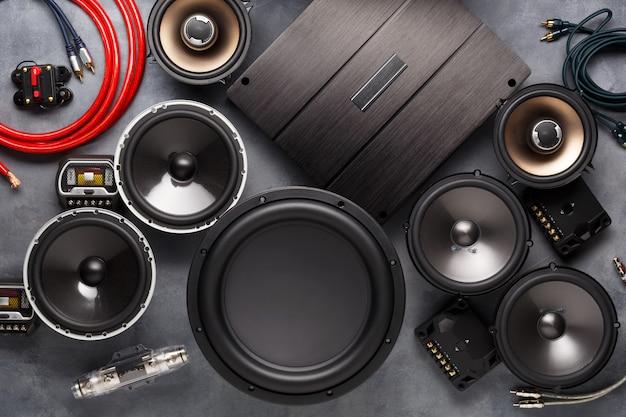Áudio do carro, alto-falantes do carro, subwoofer e acessórios para ajuste. Foto Premium