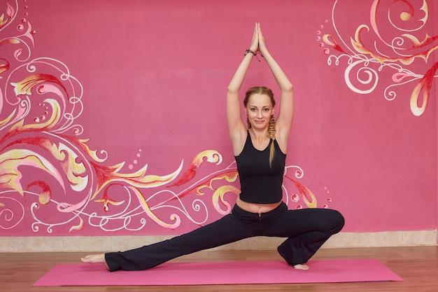 Aula de fitness ou yoga, mulher fazendo exercício Foto Premium