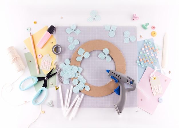 Aula de mestre de scrapbooking. faça você mesmo. faça uma decoração de primavera para interior - grinalda floral feita de papel. Foto Premium