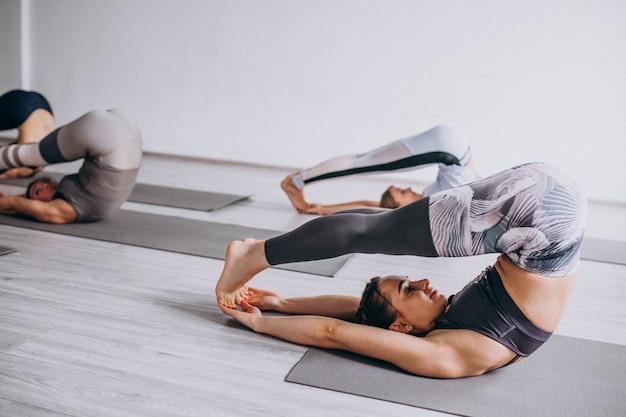 Aulas de ioga em grupo dentro do ginásio Foto gratuita