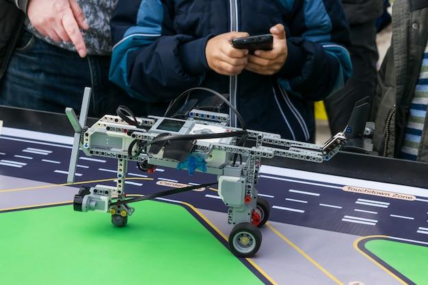 Aulas de robótica. meninos e meninas constroem e programam código robô lego mindstorms ev3 Foto Premium