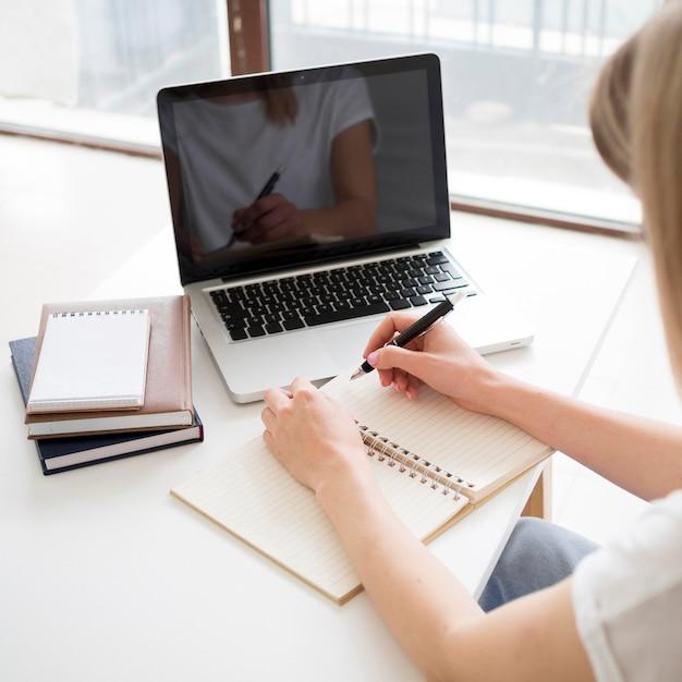 Aulas online com o aluno em casa Foto gratuita