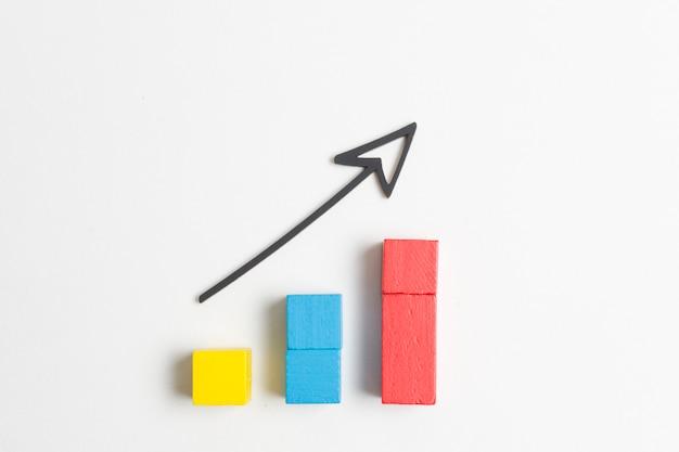 Aumentando cubos coloridos e flecha pontuda Foto Premium