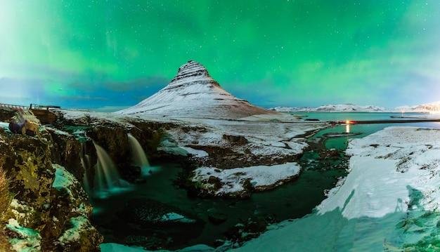 Aurora boreal acima montanha kirkjufell na islândia Foto Premium