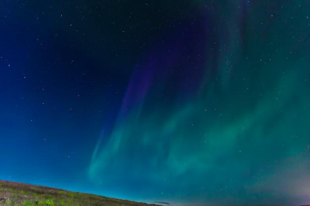 Aurora boreal no céu na península de reykjanes no sul da islândia Foto Premium