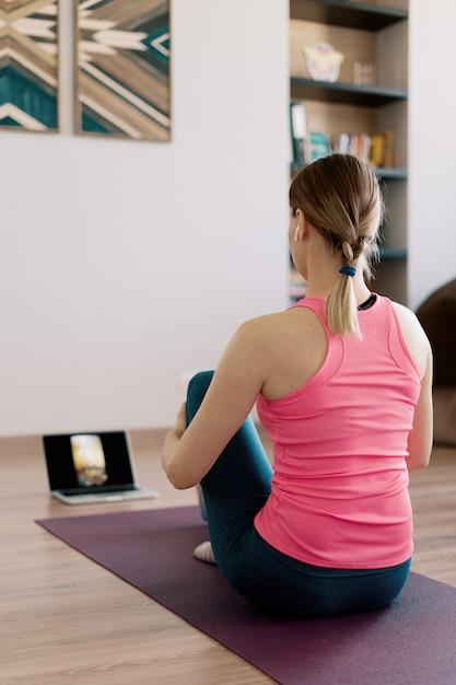 Autêntica mulher praticando ioga em casa Foto gratuita