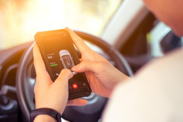 Auto-condução do carro controlado com app no smartphone para estacionar no estacionamento. Foto Premium