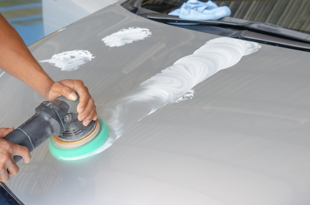 Auto detalhando carro Foto Premium