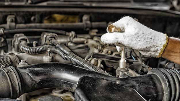 Auto mechanic preparing para o trabalho. mecânico com chave de aço inoxidável na mão. Foto Premium