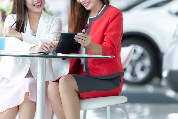 Auto negócio asiático, venda do carro, tecnologia e conceito dos povos - par feliz com carro. Foto Premium