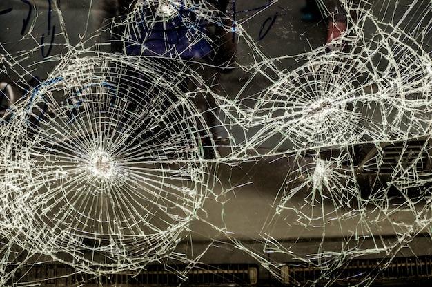 Auto vidro rachado por acidente, fundo de texturas de vidro quebrado Foto Premium