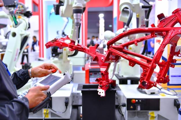 Automação de verificação e controle de engenheiro máquina de braço robótico para estrutura automotiva de processo de motocicleta na fábrica Foto Premium