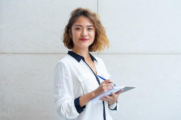 Autor jovem alegre andando ao ar livre Foto gratuita