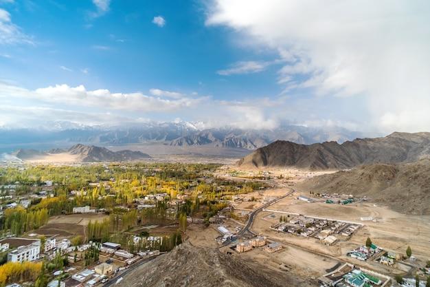 Autumn view da paisagem no distrito de leh ladakh, parte norte da índia Foto Premium