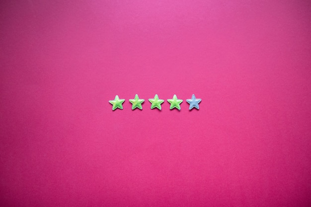 Avaliação de serviço e conceito de prestação de serviços com classificação por estrelas no fundo rosa. estilo minimalista Foto Premium