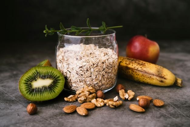 Aveia vista frontal e café da manhã de frutas Foto gratuita