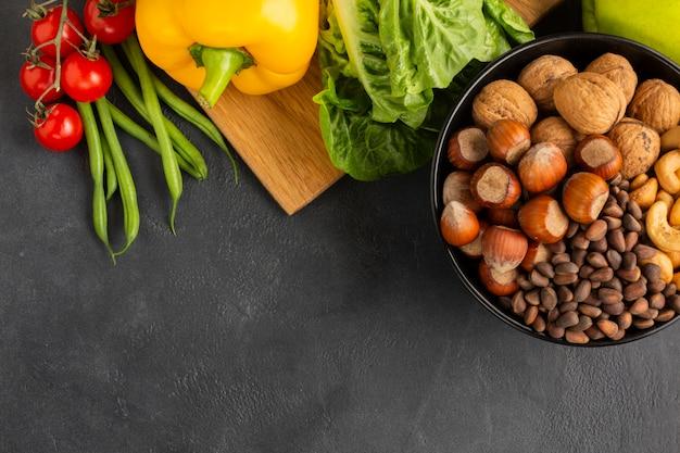 Avelãs com vista superior de legumes Foto gratuita