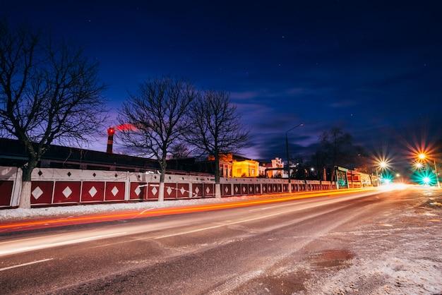 Avenida da cidade à noite no fundo da fábrica Foto Premium