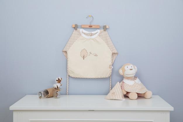 Avental de bebê e colthes do bebê estão lavando e secando nas barras da cremalheira. Foto Premium