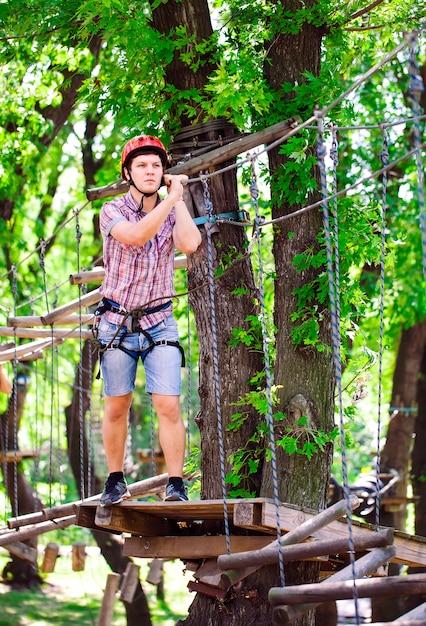 Aventura escalada alta fio parque Foto Premium
