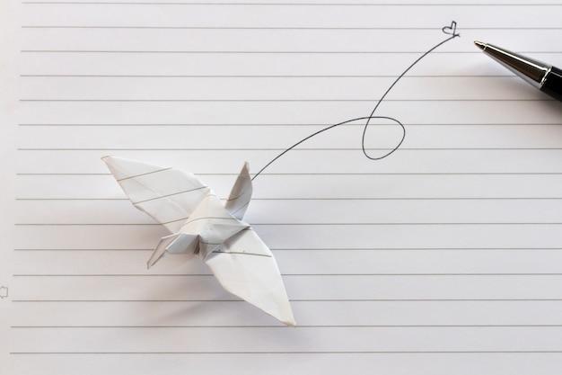 Aves de papel e canetas estão no scrapbook de papel. Foto Premium