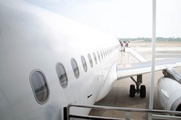 Avião branco-avião da cabeça durante o embarque de passageiros Foto Premium