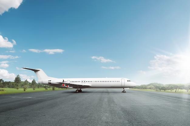 Avião branco estacionado na pista no aeroporto Foto Premium